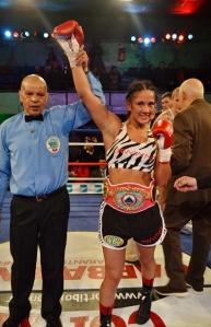 Amanda con el arbitro y el titulo